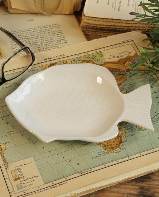 piatti in ceramica bianca da pesce