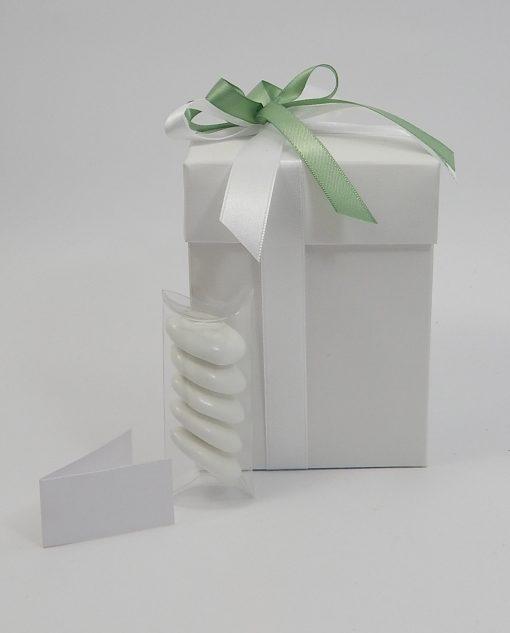 scatola rettangolare con fiocco bianco e verde