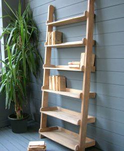 libreria in legno a forma di scala