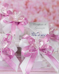 bomboniera farfalla cristallo tufano su scatolina trasparente portaconfetti con nastro bianco e rosa