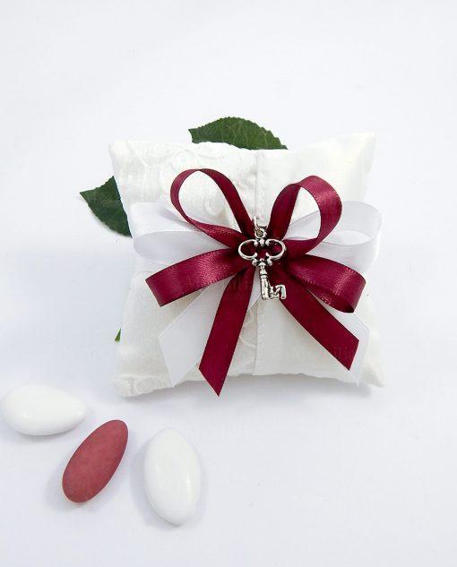 bomboniere chiave ciondoli in argento su cuscino portaconfetti