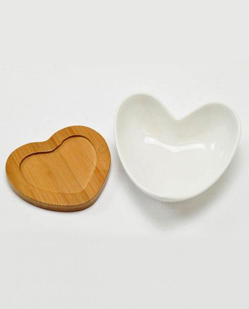 ciotola cuore in porcellana bianca con supporto in bamboo