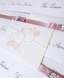 partecipazione cartoncino bianco con cuori e rose