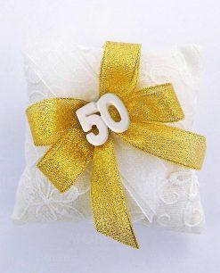 sacchetto cuscino ricamato con gessetto 50 e fiocchi lamè oro