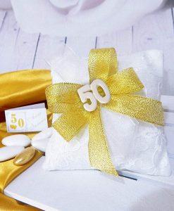 sacchetto ricamato con gessetto 50 e fiocchi oro