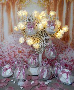 bomboniera appendino forma cuore con sacchetto e nastri rosa dentro sfera trasparente