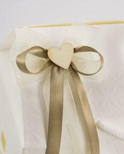 bomboniera candela vasetto vetro dettaglio fiocco con cuore legno su scatola casetta trapuntata