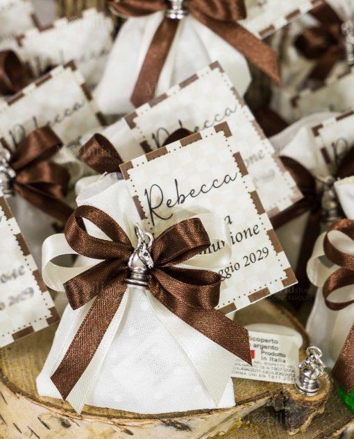 bomboniera ciondolo cavallo scacchi su sacchettino portaconfetti bianco con fiocco bianco e marrone