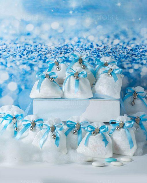 bomboniera sacchettino bianco con ciondolino angioletto con sonaglio e nastro azzurro