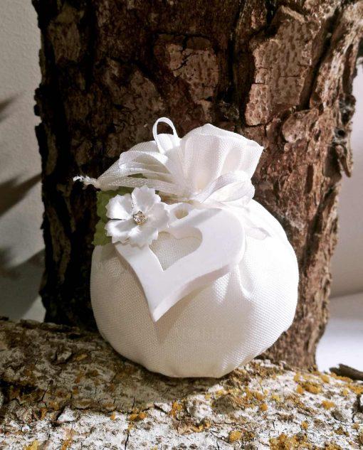 bomboniera sacchettino pom pom con cuore e fiore decorativo