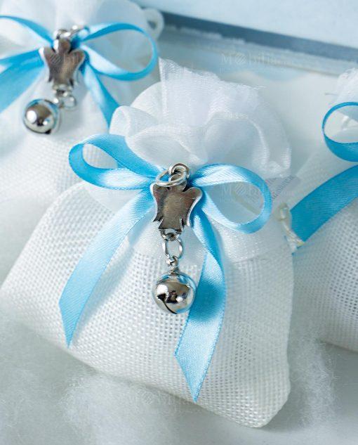 bomboniera sacchettino portaconfetti bianco con tirante ciondolo angioletto con sonaglio e nastro azzurro