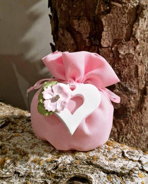 bomboniera sacchettino rosa con ciondolo cuore in legno