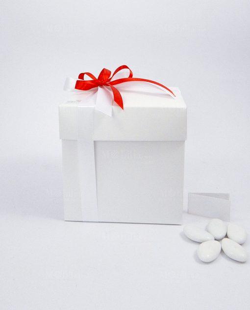 scatola e confetti confezionata nastro rosso