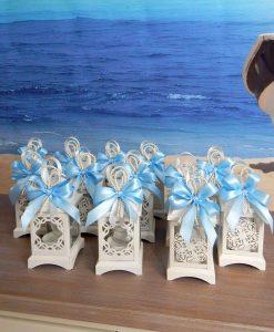 bomboniere lanterna bianca intagliata con fiocchi azzurri