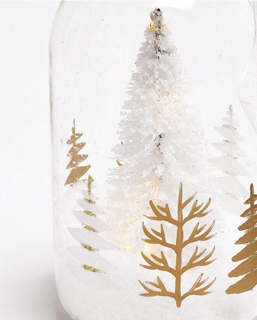 bottiglia di vetro con albero di natale dentro