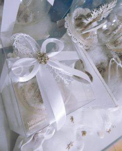 fiocchi bianchi con ciondolo metallo a forma di fiocchi fi neve