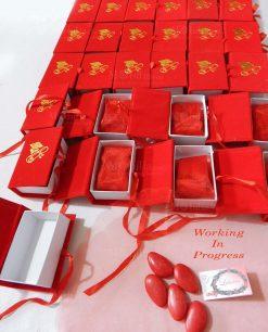 libro scatola portaconfetti rosso con tocco e pergamena dorati
