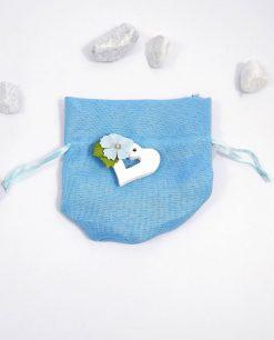 sacchettino azzurro con cuore in legno e fiore decorativo