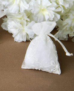 sacchettino bianco in organza ricamata