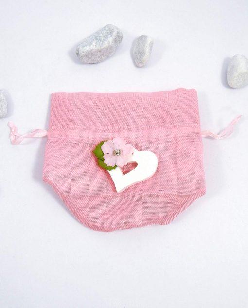 sacchettino pom pom rosa con cuore in legno e fiore decorativo