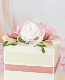 torta porta bomboniera color crema con rose e nastro rosa