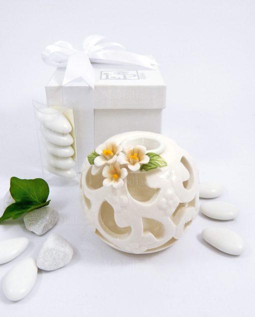 bomboniera candeliere in porcellana bianca intagliata