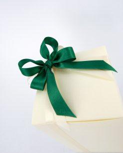 bomboniera confezionata con scatola in cartoncino e nastro verde