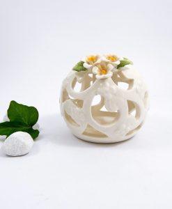 candeliere in porcellana traforata bianca con fiori