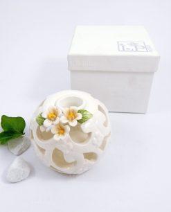 candeliere traforato in porcellana bianca con fiori e scatola per bomboniere