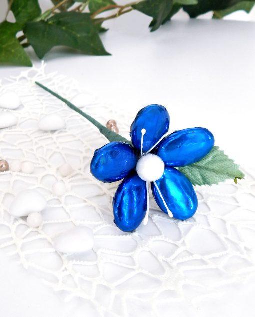 fiore con 5 confetti blu metallizzato di sulmona per bomboniere