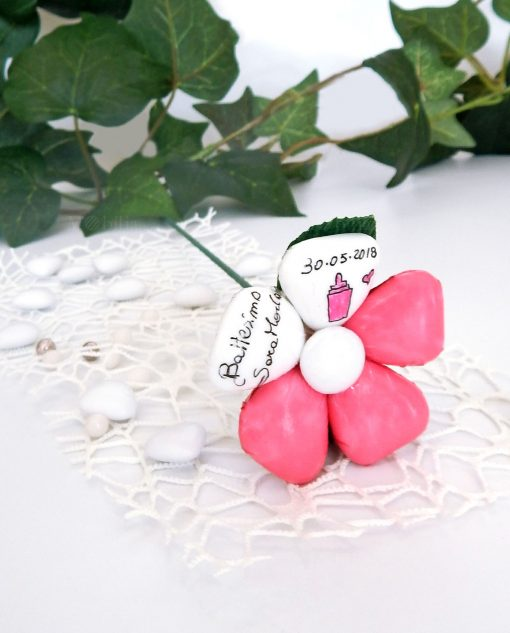 fiore di confetti artigianali di sulmona bianchi e rosa con stelo e scritta personalizzata