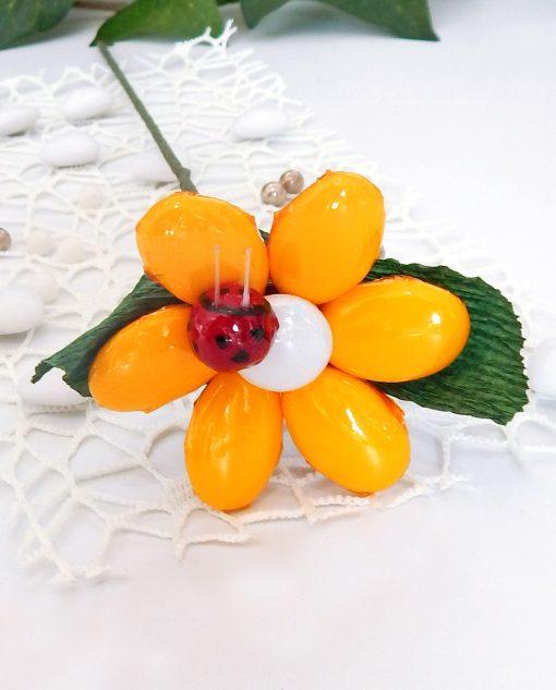 fiore di confetti gialli con stelo e coccinella sulmona