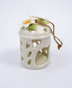lanterna portacandela in porcellana bianca intagliata