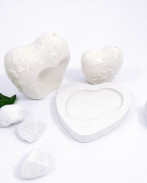 sale e pepe a forma di cuore in porcellana bianca con supporto