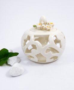 scatolina in porcellana bianca con fiori per bomboniere