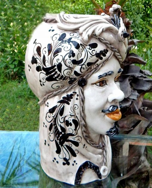 testa di moro ceramica di caltagirone decori arabeggianti neri