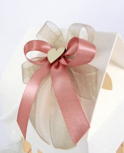 bomboniera confezionata con scatola a forma di casetta in cartoncino panna