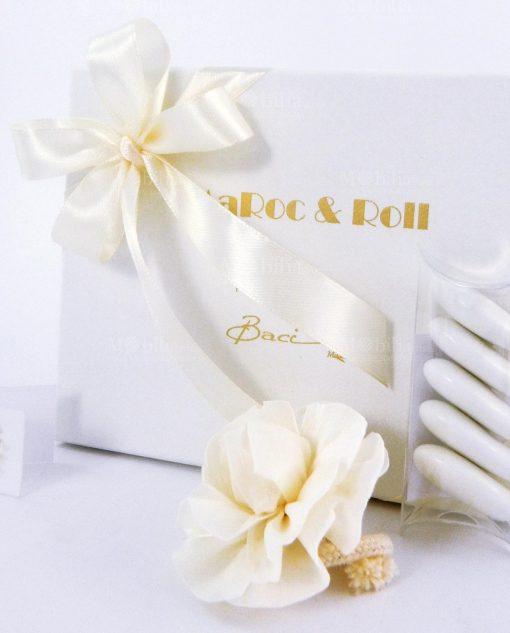 scatola cartoncino bianco con scritta oro confezionata con nastro panna e tubicino baci milano