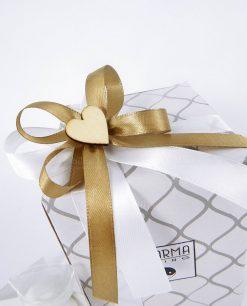 scatola confezionata con nastri bianchi tortora e applicazione cuore legno