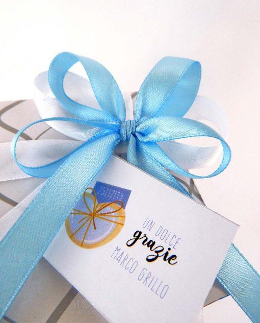 scatola confezionata con nastro bianco e azzurro