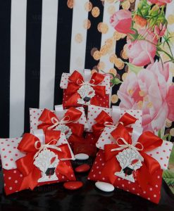 bomboniera albero della vita con tocco nero su bustina portaconfetti rossa a pois