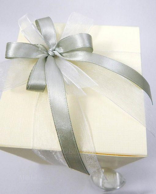 bomboniera confezionata con scatola e nastri organza bianchi e raso grigi 1