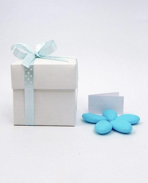 bomboniera confezionata con scatola in cartoncino bianco e nastro pois azzurro
