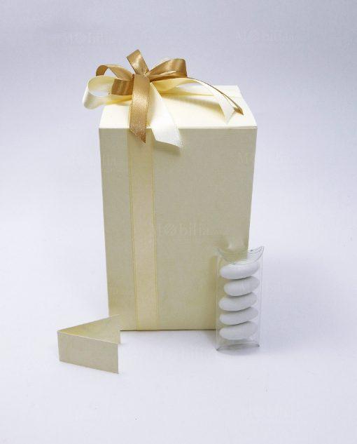 bomboniera confezionata con scatola in cartoncino panna e nastri tortora