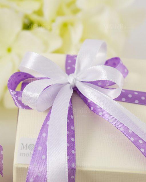 bomboniera sculturina unicorno dettaglio fiocco lilla a pois bianchi su scatola