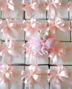 bomboniera unicorno rosa da appoggio su sacchetto con scatola e nastri rosa
