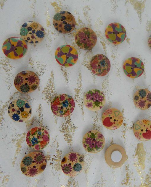 bottoni colorati e con fiori dipinti per applicazioni