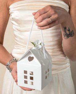 casetta in cartoncino bianco con cordoncino