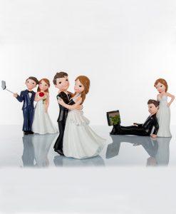 coppia sposini con cellulare