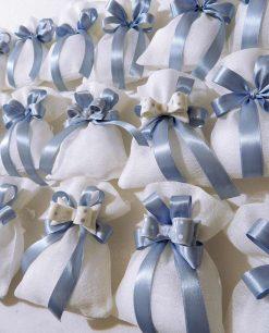 magnete fiocco azzurro a pois su sacchetto bianco